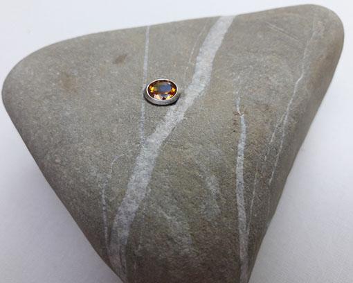 Dreieckiger Naturstein mit Zitrin