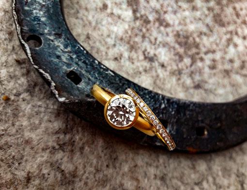 Solitärring mit weißem Brillanten von 1,15 Carat, Memoire-Ring mit weißen Brillanten, beide 750er Gelbgold