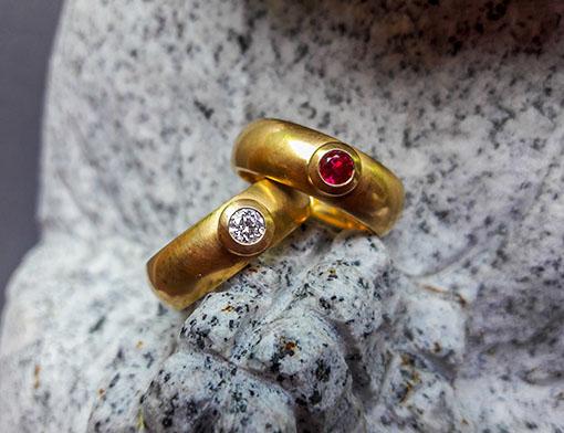 Ringe aus 750er Gold mit weißem Brillanten und Rubin