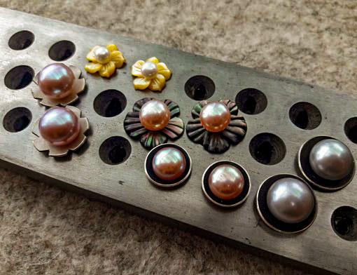 verschiedene Perlstecker mit Süßwasserperlen und Wechselplatten aus Silber (z. T. geschwärzt) und Perlmuttblüten