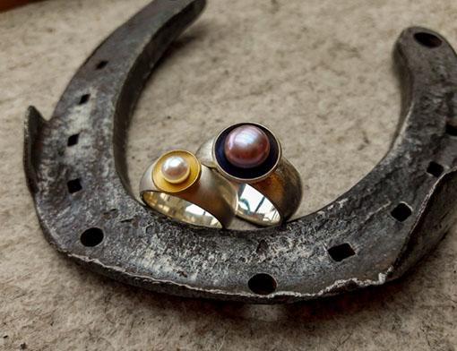 zwei Ringe aus 925er Silber und 750er Gold mit Süßwasserperlen, Preis je 290.- Euro