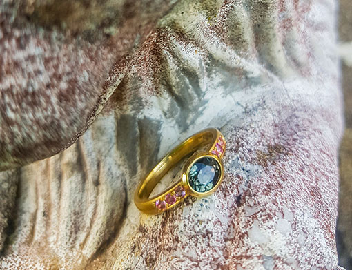 Ring aus 750er Gold mit braunem Saphir und kleinen rosafarbenen Saphiren