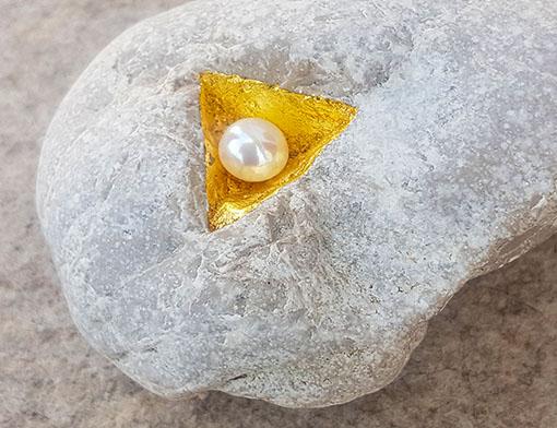 Naturstein mit dreieckiger Vertiefung, Blattgold, Perle